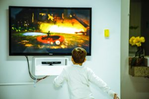 Un enfant qui joue à la console de jeux vidéos