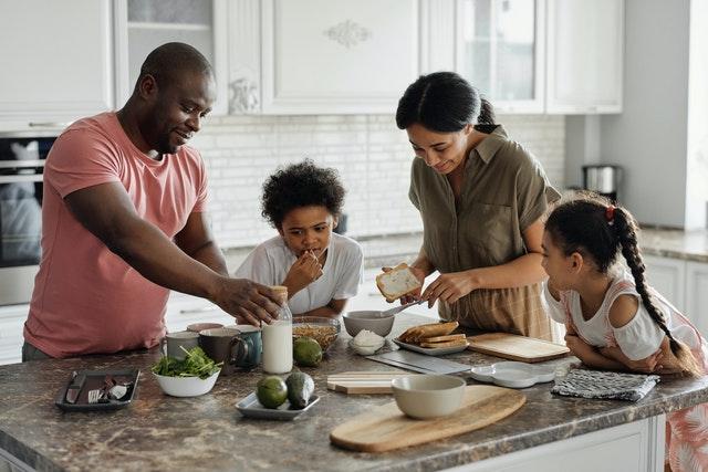 Une famille qui cuisine ensemble, ils ont peut être pris le menu marmiton qui sait ?
